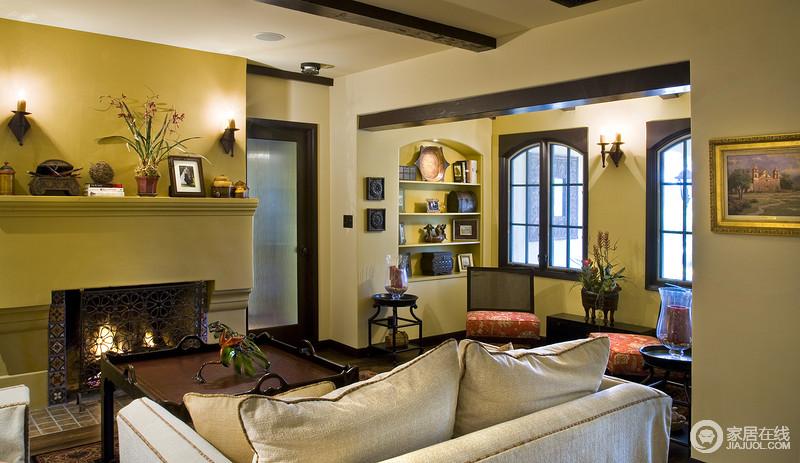 客厅的主色调是黄色,壁灯挂在门和窗的旁边,解决了空间采光的问题;休息区的拱形收纳柜带着地中海的造型,多了圆润,也因陈列艺术品的点缀,张扬着美式的轻贵。