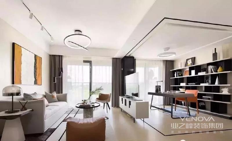 """这套房子的面积为104平米,设计上是围绕着""""让家人住的更舒服""""来打造,舒适的配色,舒适的家私,舒适的装饰,让男女主人公能在忙碌了一个礼拜之后。能待在家中,享受慵懒的礼拜天,让人忘却工作的压力。"""