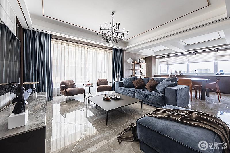 客厅布局简约大方,蓝色布艺沙发,浅灰色地砖,搭配蓝色窗帘,通透、高雅。