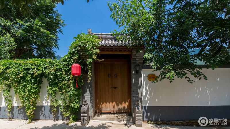 木与砖石的传统平房、繁茂似锦的葡萄藤蔓、造型别致的花坛、古韵雅致的灯笼