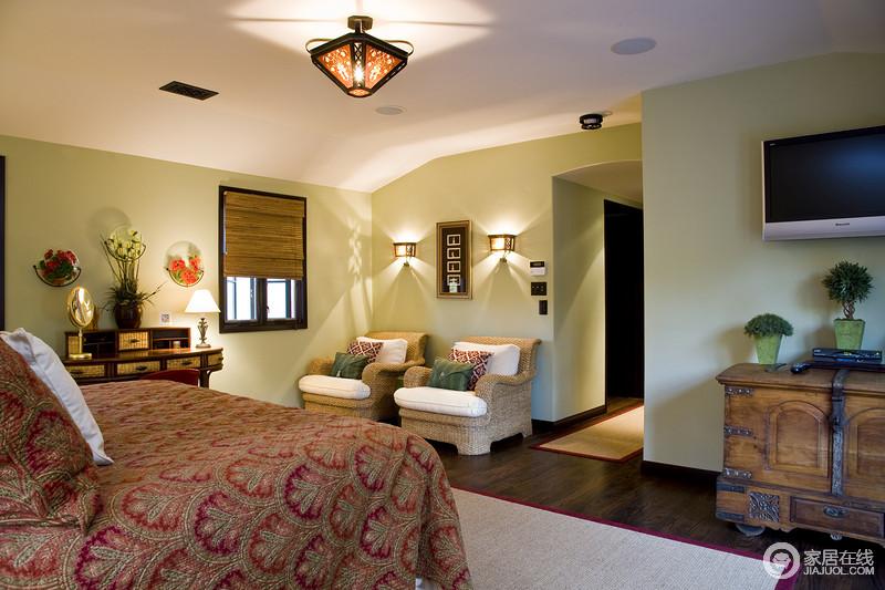 卧室红色大花被褥床充满了生活的热情,给予这个黄色调的空间一种明快;两个壁灯在墙上光芒四射,目眩神秘,壁灯之下还有两个沙发,更是得体中带着随性的味道。