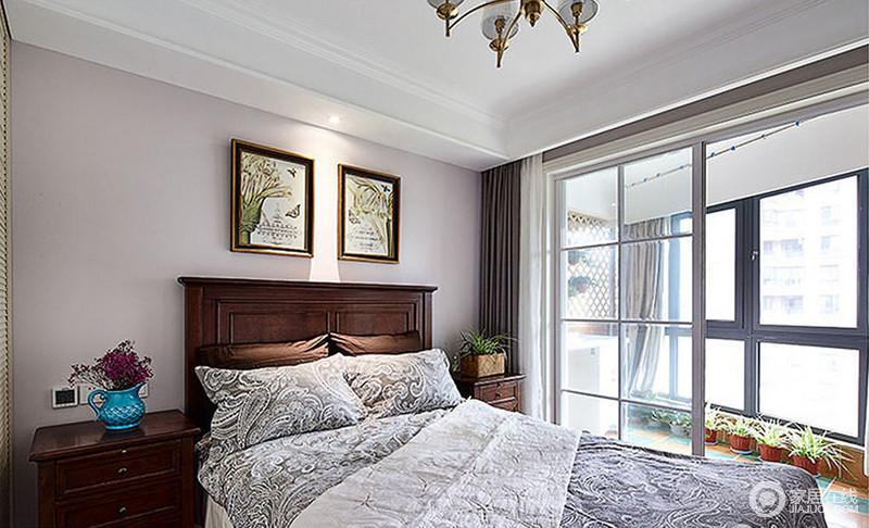 卧室因为阳台的玻璃窗并没有影响采光,反而变得通透了不少,中性色漆搭配美式胡桃木家具,赋予空间沉稳的气息,而美式挂画和灰色床品,足够让人生活的舒适。
