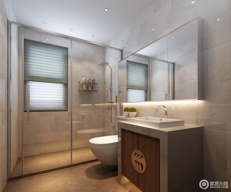 卫生间采用色调浅淡的米灰白大理石,做以墙面铺贴,营造出清冷浮柔的空间氛围;透明玻璃隔断与简洁收纳型浴室镜,令空间视感通透阔朗;简约盥洗台设计了传统门饰造型储物柜,点睛家居环境主题。