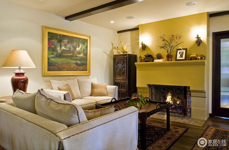 客厅的墙面一面是黄色,一面是白色,给人一种非常明媚的感觉;白色的墙上挂了黄色边框的油画,和黄色墙纸交相呼应着,明快之中,不失轻奢。