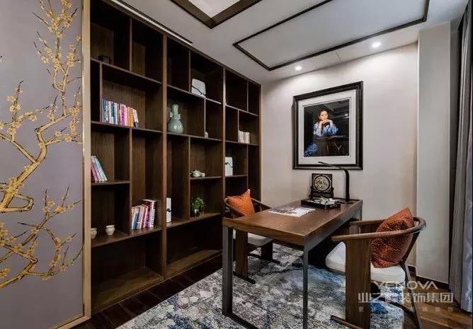 书桌上一套小茶具,还可以让这个小书桌成为一个不错的茶室或会客室;