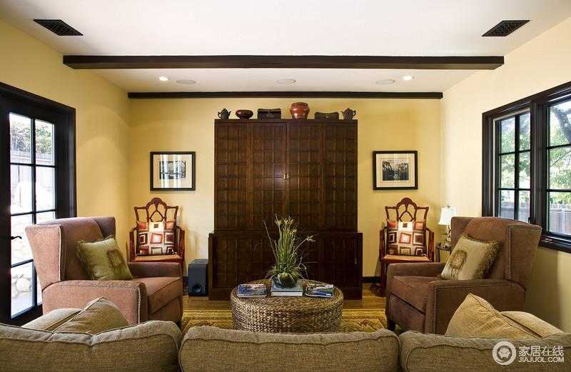 客厅淡黄色漆面无形中给空间带来暖意,木柜颇有年代感,再加上沙发与扶手椅的对称设计,和谐中尽显美式优雅;竹编的圆几带着田园的味道,让生活极具朴实,几何彩色靠垫俏皮中带着时尚。