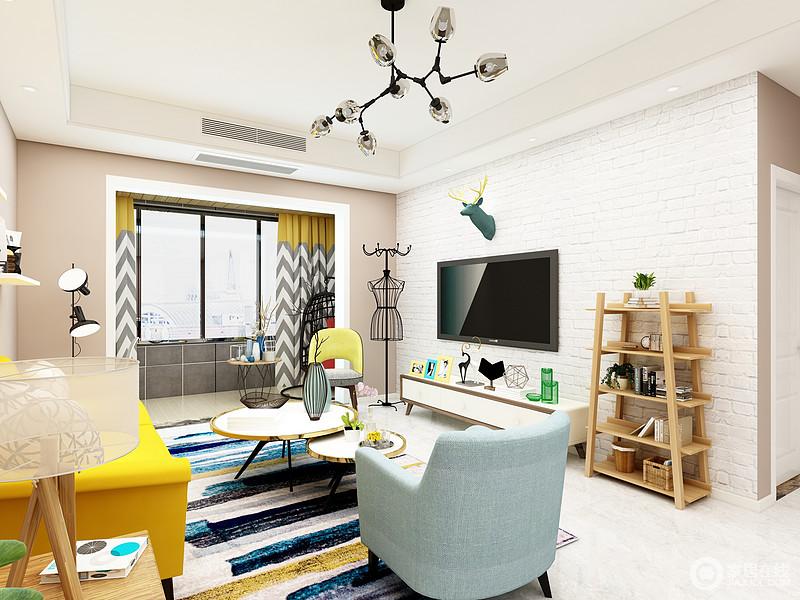 白色的电视背景墙没有过多的去装饰它,由于空间比较小,所以就简简单单的放一个小电视柜就可以,旁边摆上花架放些花草,可以让提升空间的生机感。