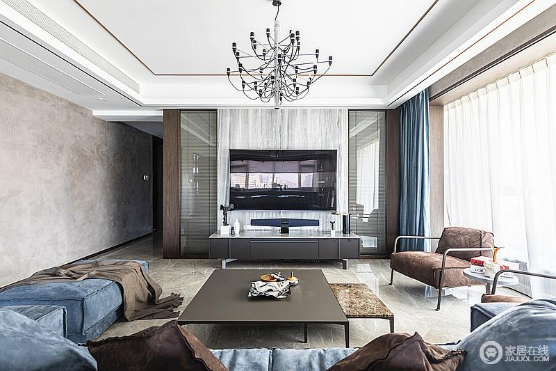 简约的电视背景墙,简约的客厅和脚椅,组合了简约而不简单的空间,配色上藏蓝和咖色、黑与白,都让空间多了稳重。