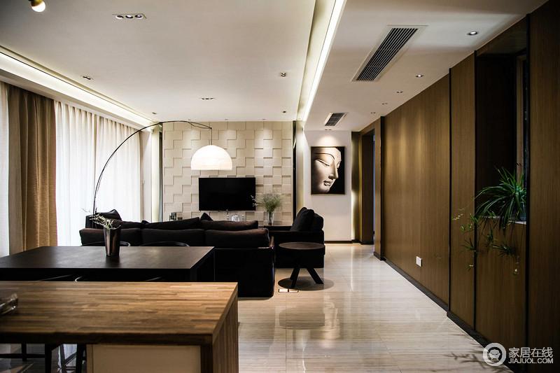 空间将整个立面以胡桃色木墙来铺贴立面,让收纳隐藏于空间之内;背景几何的高低错落,搭配现代布艺沙发,黑白之间形成大气。
