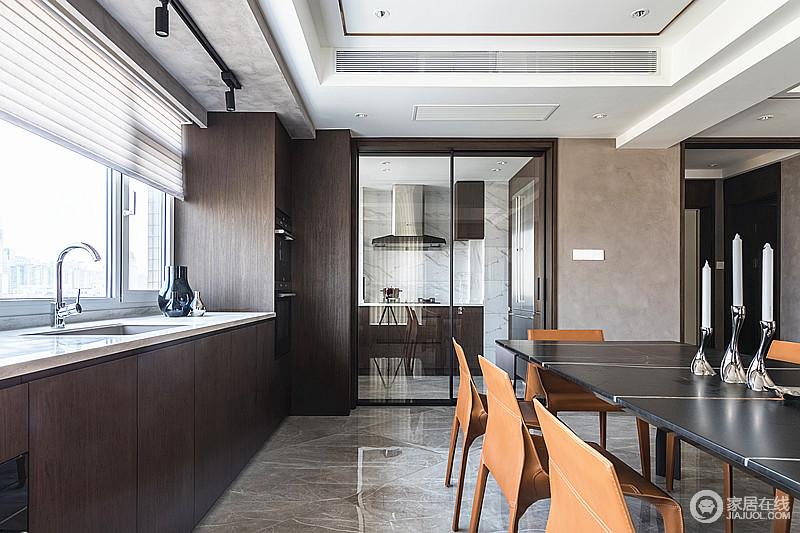 餐厅旁边的飘窗式橱柜区,美观又节省空间,而烹饪区与之通过玻璃门分隔,既不影响空间采光,还解决了油烟问题,让空间足够大气。