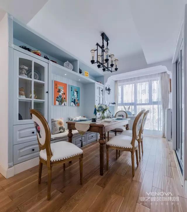 这是一套106平的现代美式风格2房2厅,用色彩注入活力,让家的每个角落都鲜活靓丽,散发着花儿的香味,整个空间都能感受一股春天的气息!