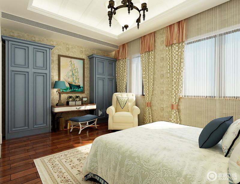 卧室以驼色花纹壁纸装饰空间,素雅而不失温和,米色花格窗帘更是提升了空间的气息,与床品呼应出柔和;藏蓝色衣柜搭配书桌,解决了收纳需求之外,一旁的美式米白色扶手椅带来恬淡和优雅。