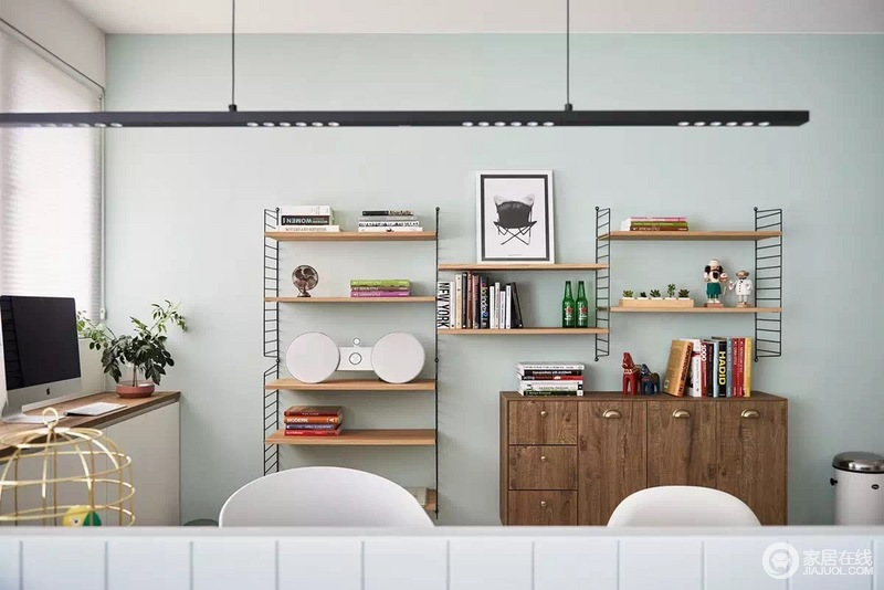 书房与客厅只有半墙之隔,却满是互动性,悬挂式收纳架成为空间的一大亮点,简单之余,足够利落清暖。