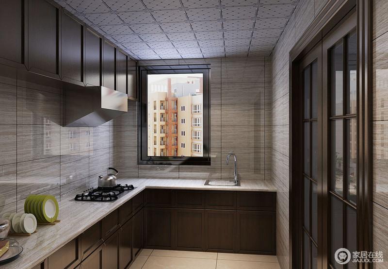 厨房L型的设计避开了操作时的拥挤,灰色木纹砖石搭配褐色橱柜,让空间收纳和学习兼并起来,大气利落。