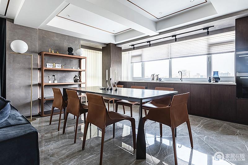 餐椅采用黄色搭配,挑亮了空间色彩的同时,也把艺术气息制造的更浓;灰色的墙面和地砖搭配一字型橱柜,沉稳而大气。