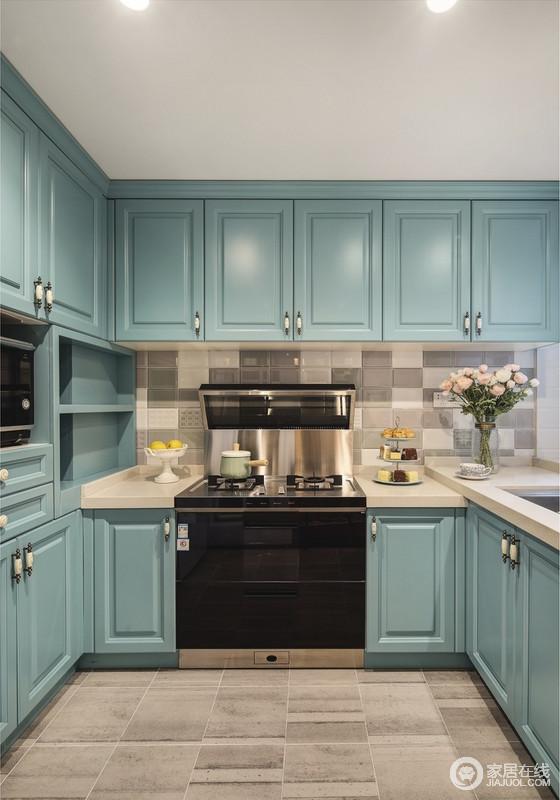 在厨房与餐边柜上选择了群绿色,家人不经意的感受到男业主那暖暖的关爱,同时也提起了整体空间的活力感;定制橱柜的整体性设计,具有强大的功能性,足够让生活舒适。