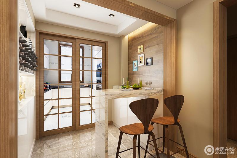 """吧台位于厨房之外,可谓""""小空间、巧实用"""",实木格栅门将空间分区设计,白色橱柜的厨房以一种白净感反衬出吧台的明快;而收纳酒柜嵌入结构之余,以菱形设计体现线条美学,与木板墙面呈和暖静丽;浅灰色地砖和白色简约吧台让空间多了天然暖意,个性的实木吧凳将时髦流动在空间,让吧台更别致。"""