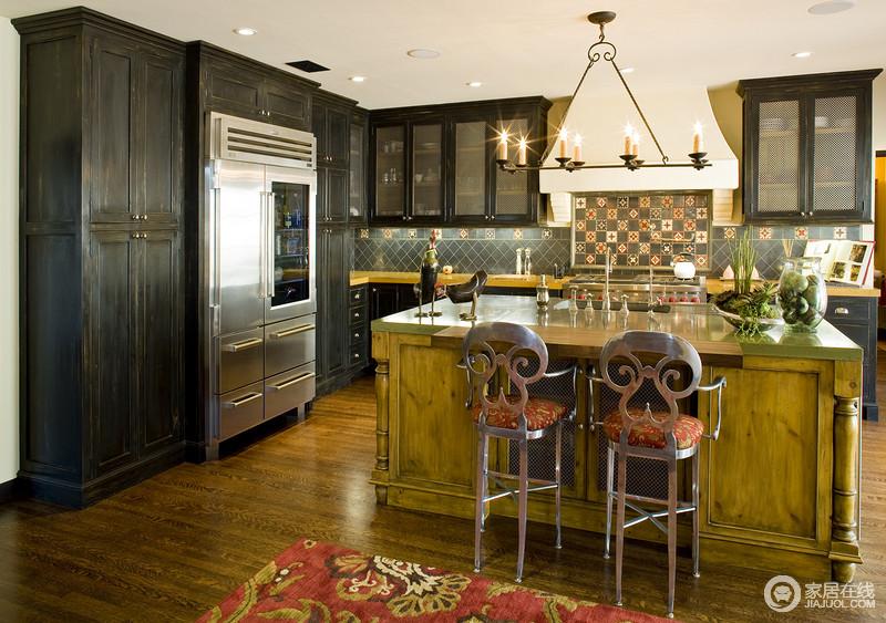 厨房的设计以开放式的格局,与吧台形成互动,吧台式设计是古典和现代结合的一种表现,从藏蓝色彩砖的俏皮中便可看到一种活泼,而实木岛台、铁艺吧凳渲染了田园与美式古典的完美,让材质与功能之间融合出质感。