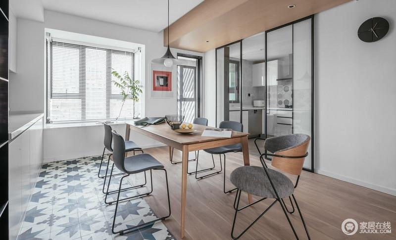 原木色地板和餐桌搭配灰色椅子,整体空间看起来更高级,朴质之中更显大气;北欧餐椅在黑白几何地毯的反衬中,让空间多了时尚,而红框挂画、绿植无疑为空间带来不一样的色彩。