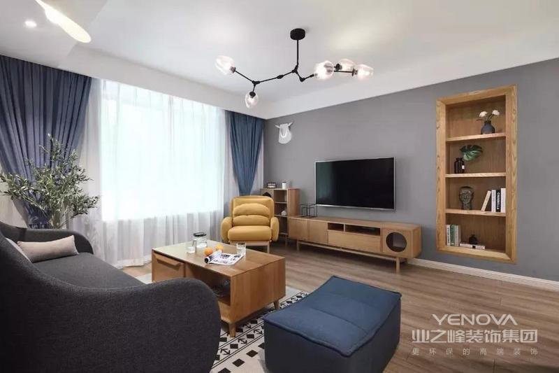 客厅铺设复合地板,配合灰色墙布,整体简约实用。浅灰色沙发墙搭配深灰色布沙发,同色搭配更显高级,时尚挂画和壁灯是一个很好的点缀。