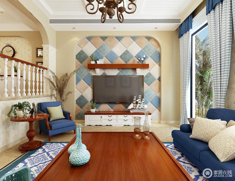 客厅粉刷了米色涂料,为空间营造一种自然而然的和暖,微型的背景墙因为蓝色、驼色和白色仿旧砖的装饰,更显美式朴质,也为空间带来了色彩,平衡出美式的素静。