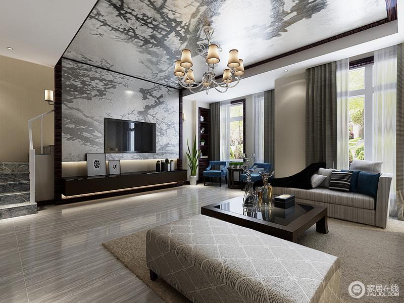原本线条规整的空间因为中国风的抽象金箔吊灯连同了背景墙,而显得气势恢宏,颇有艺术感;直线型的空间太过硬朗,而白色纱幔与灰褐色窗帘组合,让空间柔和了不少,再加上简约的电视柜以陈列的方式,演绎生活的精致。