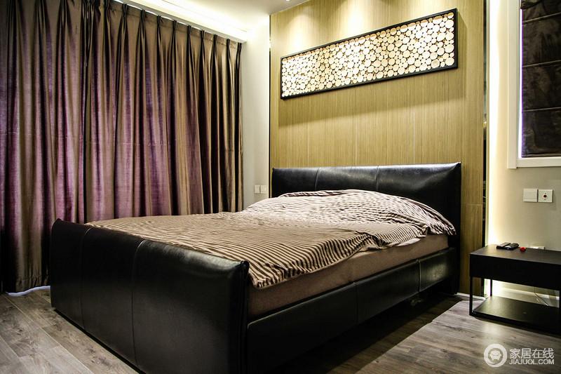 卧室以功能为主,满足主人想要的舒适、温馨,原木背景墙淡淡的黄色为空间带来温度感,缓解了灰色地砖的灰冷,再加上黑色系现代家具和紫色窗帘,渲染着空间的大气。