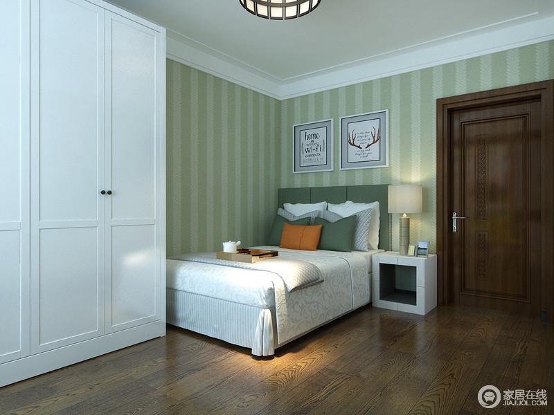 青与白的设计让小卧室不再因为空间而窒息,竖条粗纹的壁纸挑高了空间,令人眼前一亮;白色衣橱简洁实用,与绿色调碰撞出清雅。
