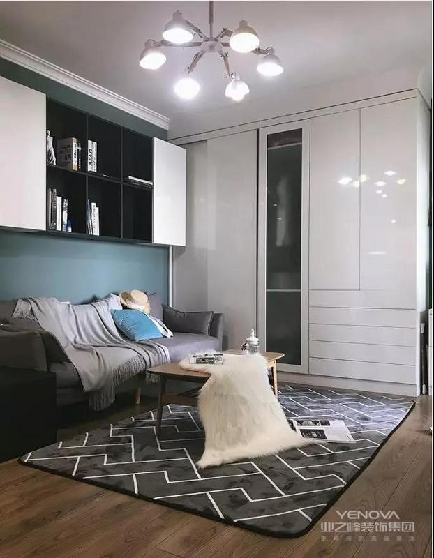 因为房屋面积小,储物空间少,客厅在靠墙的部分增加了大衣柜,留了一点空间做了个矮柜和照片墙!