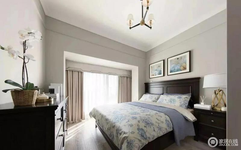 主卧室的空间可能有15平方左右,外面带着一个小阳台,开放式的设计更显宽敞明亮;床尾的斗柜、衣柜和床头柜都是胡桃木,质感上乘,碎花的床品搭配床头的挂画,营造出了田园的清丽,温馨又大气。