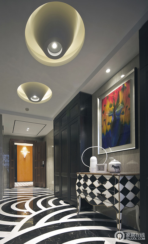 黑白经典搭配令室内空间呈现宁静之感,悦动地黄蓝色挂画增添动感,持续营造浪漫氛围,边柜及陶瓷时尚经典。