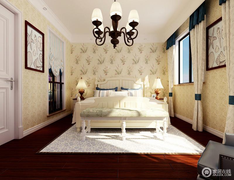 卧室张贴了米色壁纸,而背景墙的花卉图,无疑给空间带来一种自然般的和煦与清新;白色踢脚线与窗框让空间的结构感更强,红棕色地板的沉稳,白色柱形沙发的结构之美和质地,无疑都彰显了美式设计的精益求精,蓝白色的软装,衬托出了空间的柔和与温馨。