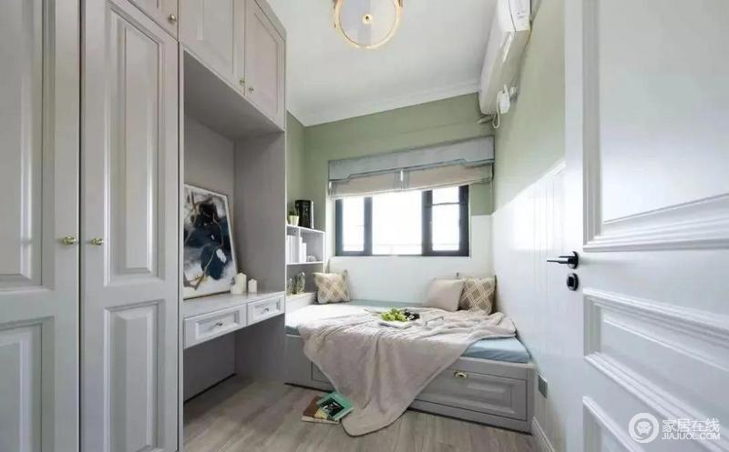 儿童房是做了榻榻米组合衣柜的设计,衣柜中留出一个书桌工作区,方便孩子平时读书做作业。绿色和白色拼接的墙面,让儿童房看起来更有层次感,也更为清爽。
