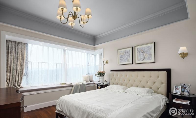主卧将白色和米色搭配起来,营造柔和感,大面积飘窗设计不影响采光,也让生活足够惬意。