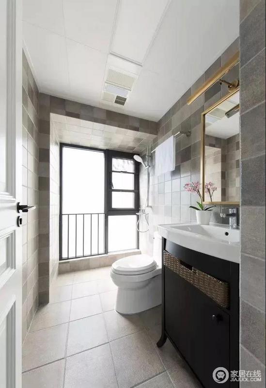 卫生间内部没有做干湿分离,墙面铺贴了色差感的灰色仿古砖,看起来非常独特;小到淋浴区的毛巾架,大到盥洗柜,可以说收纳成为空间的重点,让人生活的舒适。