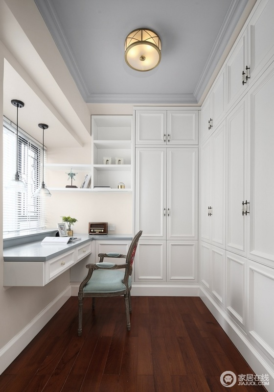 白色主调的衣帽间,蓝色的书桌台面,别有一番清新感,巧妙地定制设计实现 主人的储物需求,让生活简单,却有品质。