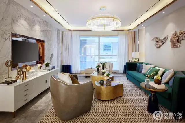 客厅古典优雅的金属茶几、褐色皮质单人沙发椅搭配丹青色的布艺沙发,满足典雅奢华;电视墙选用大理石材质,与白色电视柜组合出现代利落,简洁之中释放功能,布置有序的家具,以造型和色彩装饰出都市质感。