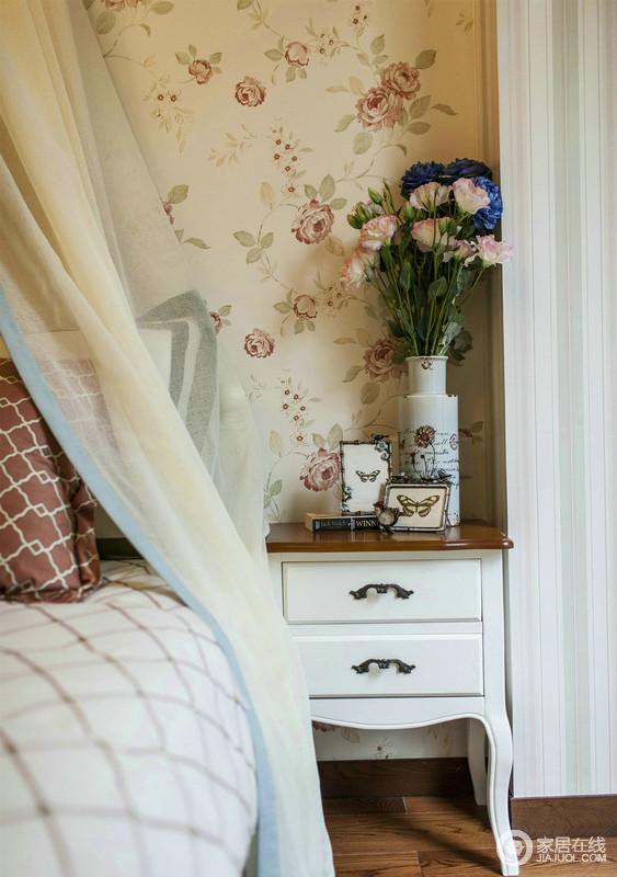 装修就是讲究细节的把控,米色底的花卉壁纸带来一种田园般的清新与潮气,美式床头柜与花器等饰物体现着一种精致感,让生活更富格调。