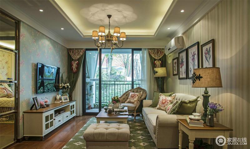 客厅的背景墙通过条纹和花卉壁纸演绎一种柔和,柔软的布艺沙发与木质的现代美式家具组合得十分恰当;绿色花卉地毯的田园清新,与靠垫相得益彰,十分淡雅。