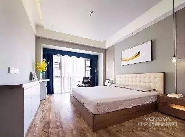 这款135㎡三居新房,整体以高级灰为主调,搭配简洁又自然的室内设计、软装饰品等,营造出一种灵动,包容性极强的空间氛围。要说居室的最大亮点,莫过于,隐形门与墙壁融为一体,美观十足。当然其中的简洁布局,如卧室、书房等,也是值得借鉴的。