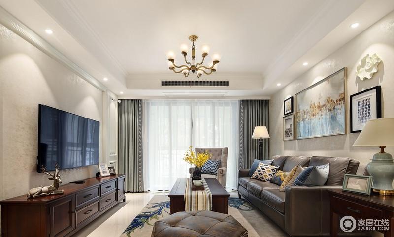 客厅里以米灰为主色调,在家具上挑选了有质感的灰色皮沙发,配套木质的家具,显得整体沉稳大气。