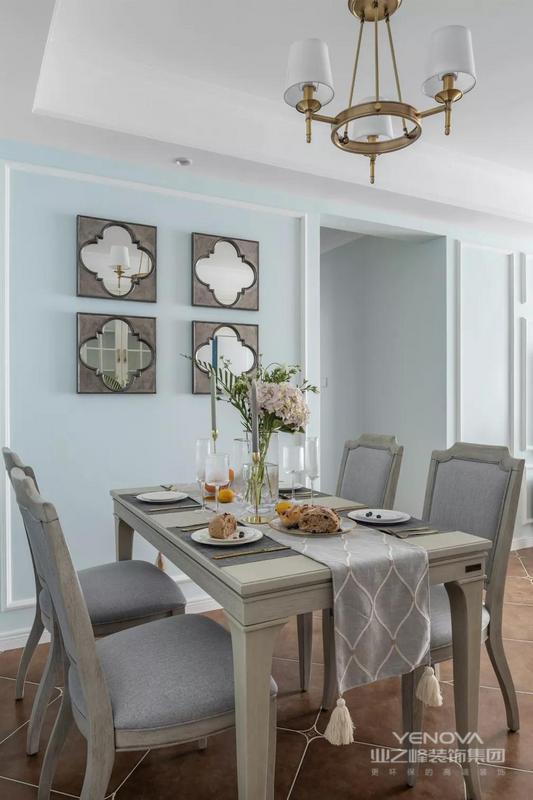 餐厅背景墙采用梅花造型的镜面设计处理,提升空间质感的同时,也带来了很好的视觉效果,与精致的餐具摆饰相得益彰。