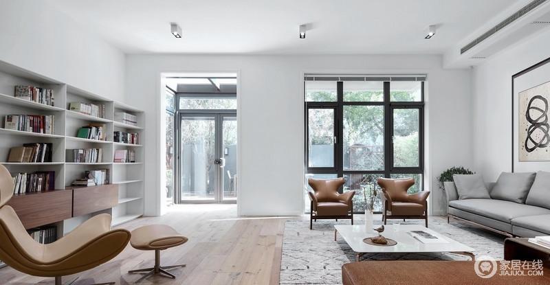 客厅因为喝棕色的皮质扶手椅显得尊贵了不少,家具的木色都是统一的,避免杂乱,但与地板的色彩又有所区别,具有层次感和空间感,更显别致大气。