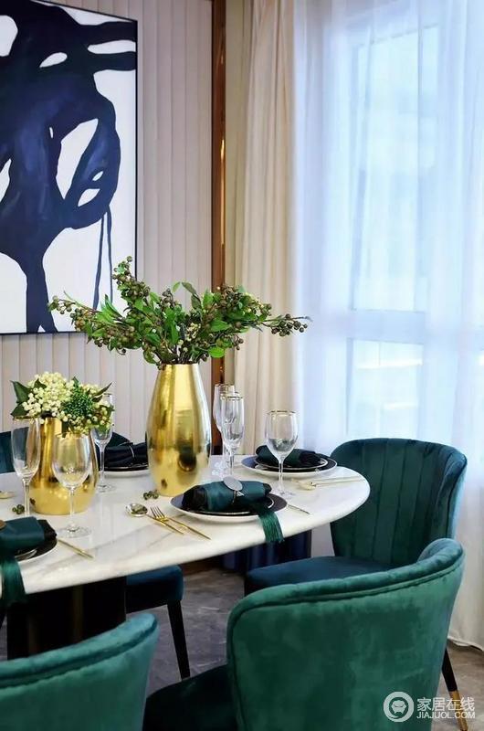 餐厅因为整体的配色,十分温馨,餐桌上质感十足的金属花瓶,添置一份华丽,搭配精致的餐具等,让用餐时光充满了浪漫的味道。