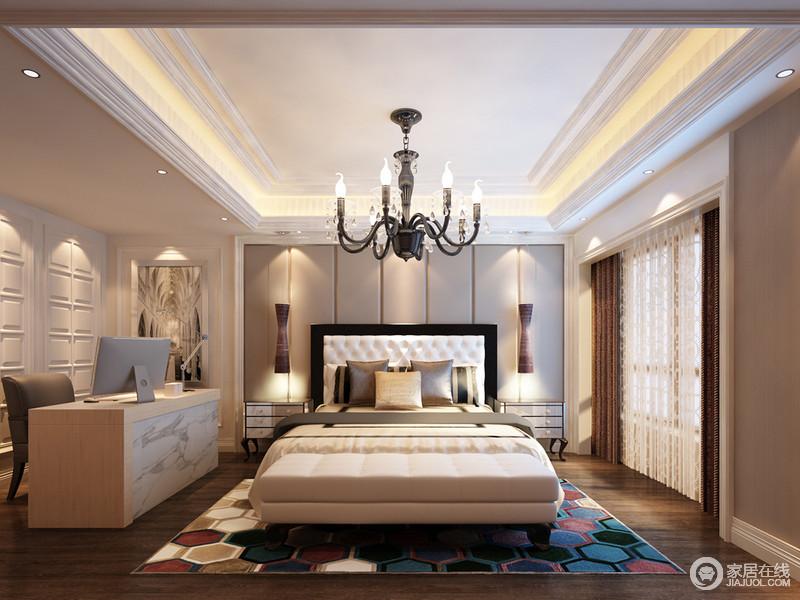 卧室以中性色调来表达设计着重强调的温馨大气,别致的壁式台灯兼具艺术品的作用,与曲线感的新古典床头柜形成优雅;彩色多边形地毯渲染着乳色调的床尾凳,也减弱了白色调的学习区,更显别致。