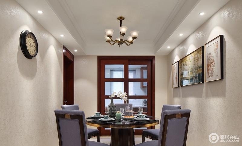 由于餐厅和客厅连接在一起,餐厅的主色系自然要跟客厅呼应起来,在餐厅的装饰画上选择了湖绿和黄色的杨树林,搭配姜黄纯色餐垫,紫色的餐椅,色彩组合之中提高了餐厅的饱满度。