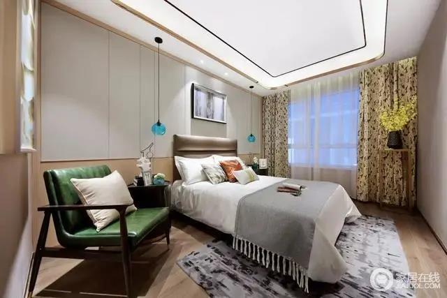 次卧整体设计得较为简洁,白色吊顶通过金属和黑线勾边打造出几何层叠的效果,隐藏式照明设计凸显简洁感;木地板的温润,木色和乳灰色拼接式的背景墙以简单的材质和方式,营造朴质;灰色斑纹地毯和灰色的毛毯填补了白色床品的单调,搭配动物图案的窗帘,将沉闷扫去;胡桃木床头柜上蓝色的玻璃吊灯十分空灵,搭配胡桃木绿色皮质扶手椅、花器等,为主人打造了一个现代、讲究的温馨的空间。