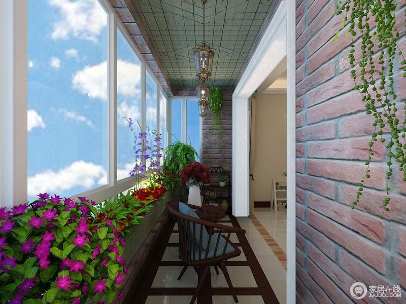 客厅阳台经过改造后,被打造成景观花台;灿烂绽放的花植搭配着复古的红砖墙、老式吊灯和休闲的藤编椅,营造出的悠然静逸的自在,被诠释的淋漓尽致;同时花台并不遮挡玻璃窗,通透的光线毫无阻碍的温馨入室。