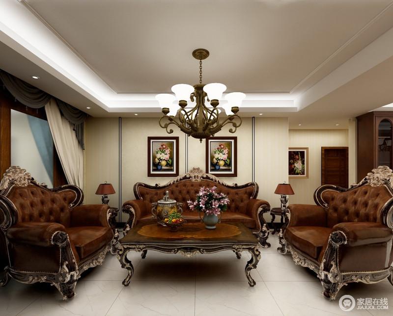 客厅沙发皮质的三人沙发和曲线线条的实木布艺单双人沙发组合,搭配实木茶几。两幅黑白鲜明的装饰画,茶几上葱郁的花卉,体现了自然之美,稳重但不沉闷。吊灯用了一个美式铁艺吊灯点缀,营造出美式厚重高贵的感觉。