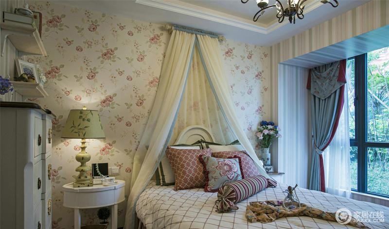 粉白色的花卉壁纸与白色床幔让整个卧室复古起来,方圆不同的床头柜因为花卉与花卉感的台灯,让空间花团锦簇;红色格子靠垫带来色彩,给人一种梦幻的感觉,格外温馨。